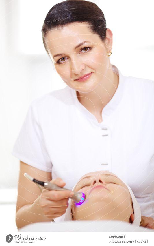Cosmetician, der anhebendes Verfahren macht Haut Gesicht Gesundheitswesen Behandlung Spa Mensch Mädchen Junge Frau Jugendliche Fröhlichkeit Kosmetikerin Methode