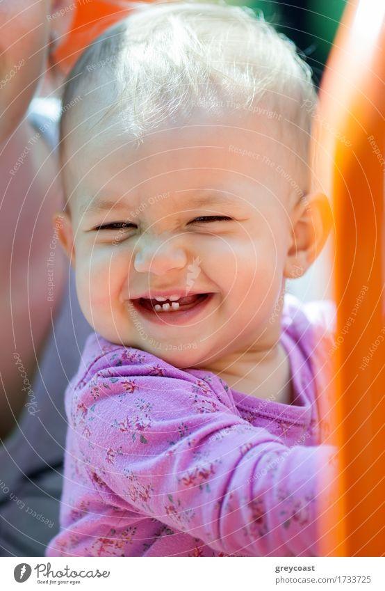 Schöne kleine Baby lächelnd mit Zähnen zeigen im Freien Freude Glück Sommer Sonne Kind Mädchen Kindheit 1 Mensch 1-3 Jahre Kleinkind Park Platz blond Lächeln