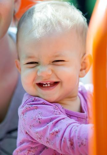 Schönes kleines Babylächeln Freude Glück Sommer Sonne Kind Mädchen Kindheit Zähne 1 Mensch 1-3 Jahre Kleinkind Park Platz blond Lächeln Fröhlichkeit niedlich