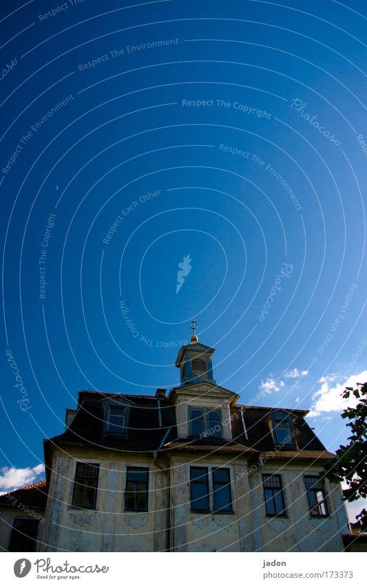 anno 1900 alt Himmel blau Stil Fenster Berge u. Gebirge Fassade Ausflug Romantik kaputt Häusliches Leben Bauwerk Ruine Wahrzeichen Haus