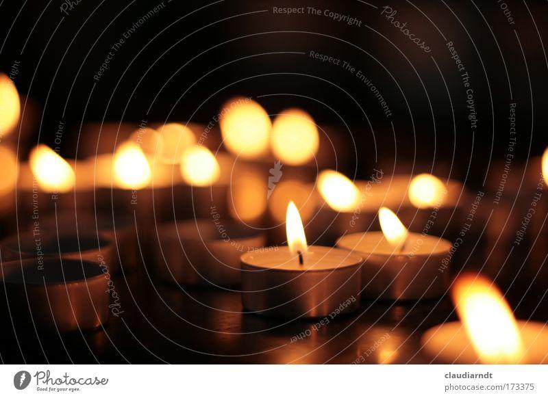 Lichtzeichen Weihnachten & Advent schwarz gelb dunkel Tod Wärme hell Religion & Glaube Zusammensein gold Hoffnung Trauer Kerze Kirche Vertrauen