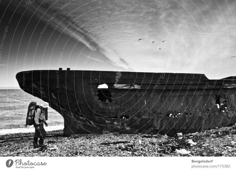 Ghost Ship Mensch alt Meer Sommer Ferien & Urlaub & Reisen wandern Ausflug Abenteuer Vergänglichkeit entdecken Verfall Rost Vergangenheit Wasserfahrzeug Stein Kies