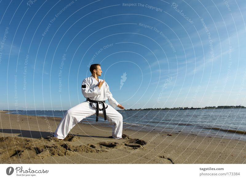 BEACHFIGHTER Mann Strand schwarz Kraft Dynamik Kontrolle Kampfkunst Kerl Elbe Gürtel Kampfsport Defensive Präzision Karate Kämpfer