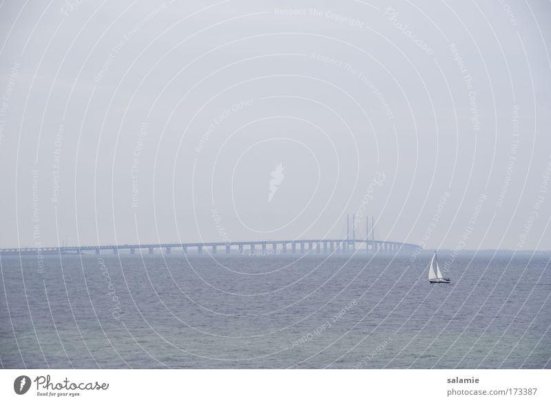 Weite See Farbfoto Außenaufnahme Abend Segeln Horizont schlechtes Wetter Ostsee Meer Brücke Oeresund Brücke Schifffahrt Sportboot Segelboot Segelschiff Bewegung