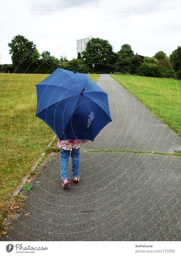 Go West! - Oder doch lieber Ost!!! Mensch Kind Baum Haus Wiese klein Wege & Pfade Kindheit Freizeit & Hobby groß Spaziergang Asphalt Schutz Vertrauen Regenschirm einzeln