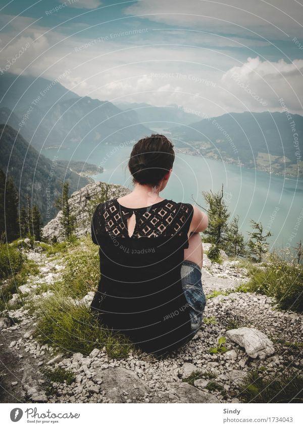 Fernblick feminin Frau Erwachsene Rücken 1 Mensch 18-30 Jahre Jugendliche Landschaft Erde Wasser Wolken Sommer Schönes Wetter Felsen Berge u. Gebirge See