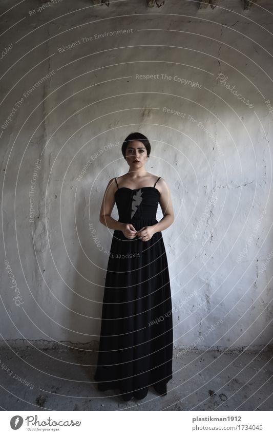 Mädchen in Schwarz Mensch Junge Frau Jugendliche Erwachsene Körper Haare & Frisuren Hand 1 18-30 Jahre Haus Mauer Wand Mode Bekleidung Kleid schwarzhaarig Blick