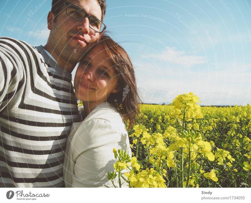 Rapsfeld Frau Erwachsene Mann Paar 2 Mensch Natur Himmel Schönes Wetter Pullover Jacke kurzhaarig Leder Liebe Coolness authentisch Fröhlichkeit Zusammensein