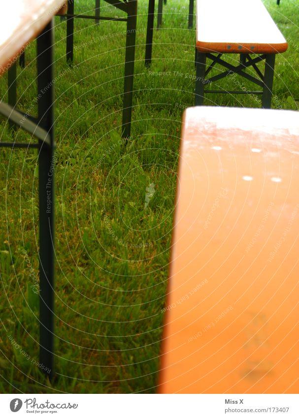 Biergarten bei Regenwetter Sommer Einsamkeit Holz Feste & Feiern frei trist Ernährung leer Tisch Rasen Bank Möbel Veranstaltung Jahrmarkt sparsam