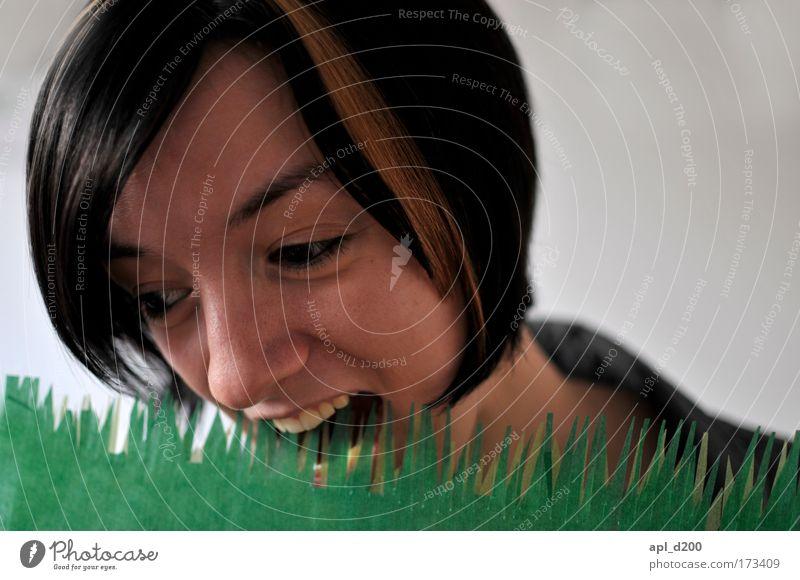 Ins Gras beißen Mensch Natur Jugendliche grün Erwachsene Umwelt Wiese feminin Kopf Essen Junge Frau 18-30 Jahre ästhetisch Appetit & Hunger Surrealismus Porträt