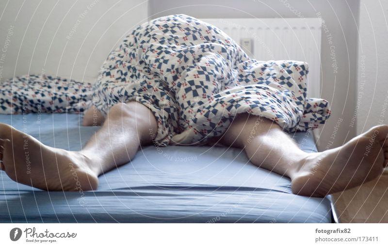 sonntag mittag Farbfoto Innenaufnahme Tag Schatten Schwache Tiefenschärfe Häusliches Leben Wohnung Bett Schlafzimmer maskulin Mann Erwachsene Beine Fuß 1 Mensch