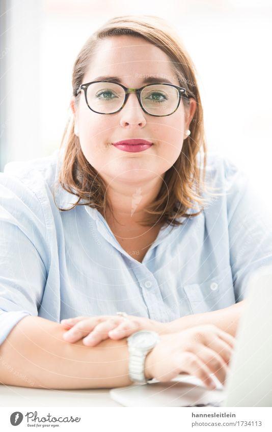 Laura Büro sprechen Notebook feminin Junge Frau Jugendliche 1 Mensch 18-30 Jahre Erwachsene Mode Hemd Arbeit & Erwerbstätigkeit Kommunizieren authentisch