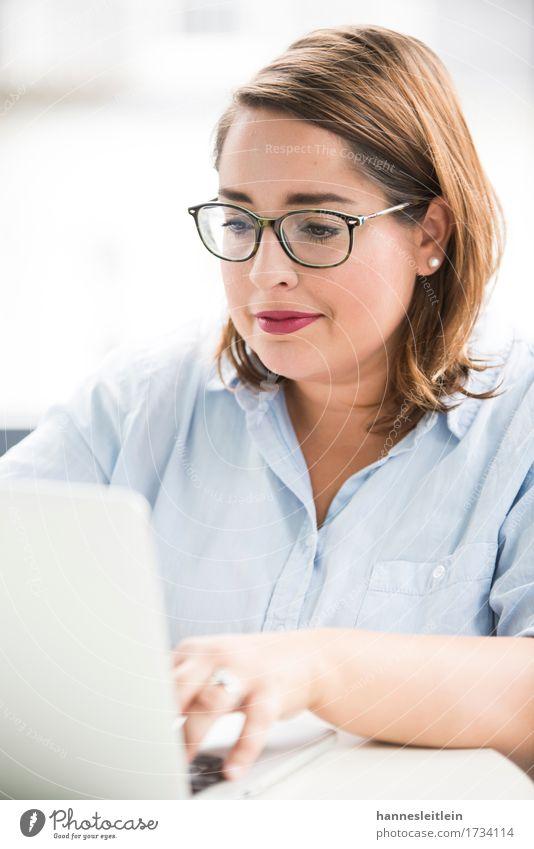 Laura Mensch Jugendliche blau Junge Frau 18-30 Jahre Erwachsene feminin Mode hell Arbeit & Erwerbstätigkeit Zufriedenheit modern ästhetisch Kommunizieren Erfolg
