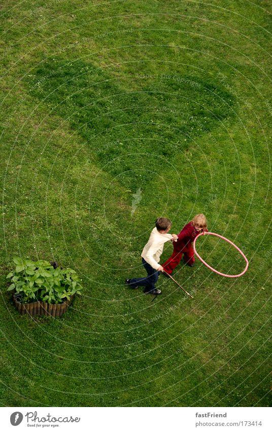 AAIS I Mensch Kind grün Mädchen Freude Spielen Junge Gras Bewegung lachen Paar Freundschaft Kindheit Erde Zusammensein Herz