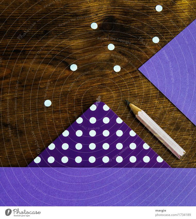 Punkte sammeln im Quadrat: lila Papier mit weißen Punkten, Bleistift auf einem Holz - Schreibtisch Bildung lernen Prüfung & Examen Arbeit & Erwerbstätigkeit