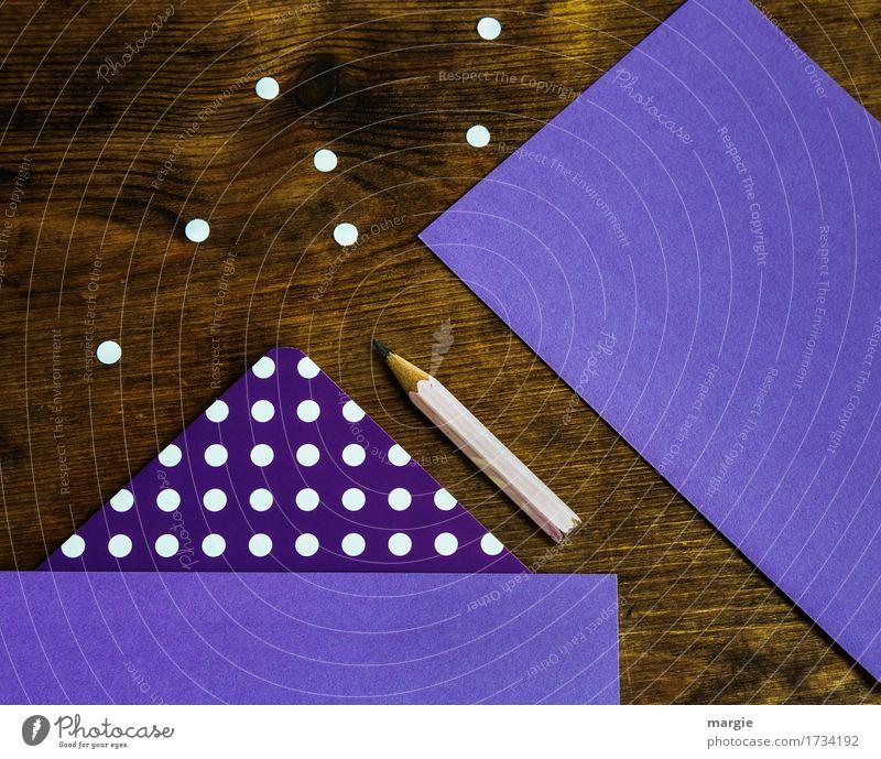 Punkte sammel:  lila Papier mit weißen Punkten und Bleistift auf einem Holz - Schreibtisch lernen Beruf Büroarbeit Arbeitsplatz Geldinstitut Post Business braun