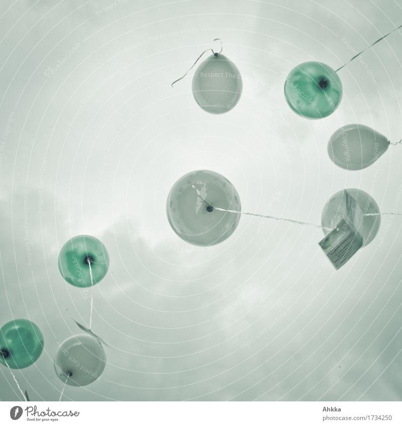 Grüne und weiße Ballons die mit Glückwunschkarten zu einem bedeckten Himmel aufsteigen Zettel Luftballon Feste & Feiern fliegen frei Leichtigkeit Wachstum