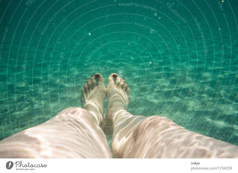 Im Meer Wellness Freizeit & Hobby Ferien & Urlaub & Reisen Sommer Sommerurlaub Strand Frau Erwachsene Leben Beine Fuß Frauenfuß 1 Mensch Sand Wasser