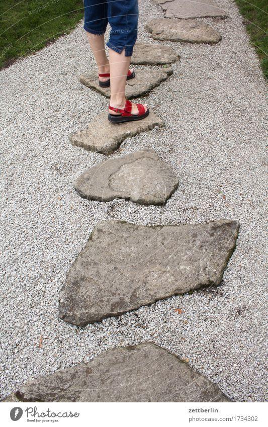 Gehen gehen laufen Gleichgewicht Beine Ferien & Urlaub & Reisen Fuß Natur Park Wege & Pfade Fußweg Sommer Textfreiraum Pflanze Vorsicht Sonne Wachstum Kies