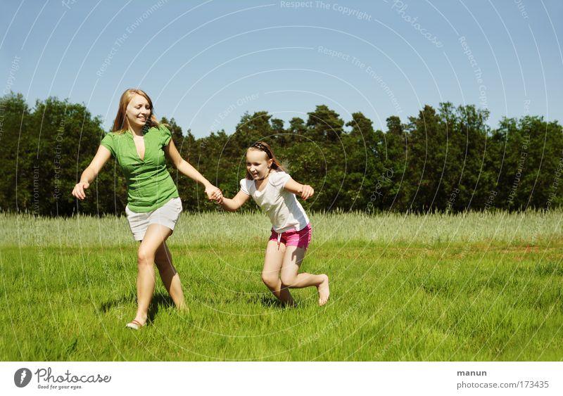 Schwestern III Frau Mensch Kind Natur Jugendliche Sommer Freude Leben feminin Ferien & Urlaub & Reisen springen Spielen Frühling Glück lachen Familie & Verwandtschaft