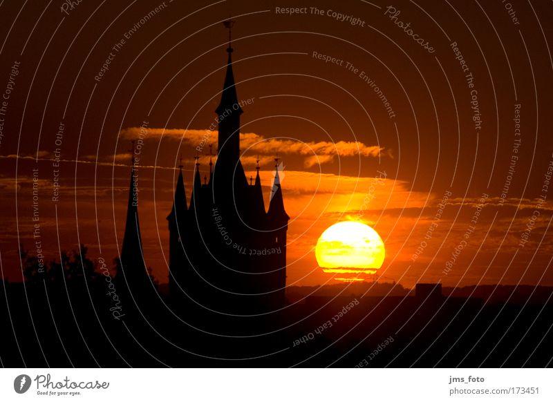 Blauer Turm im Sonnenuntergang rot ruhig schwarz gelb Wärme Kirche Skyline Wahrzeichen Schönes Wetter