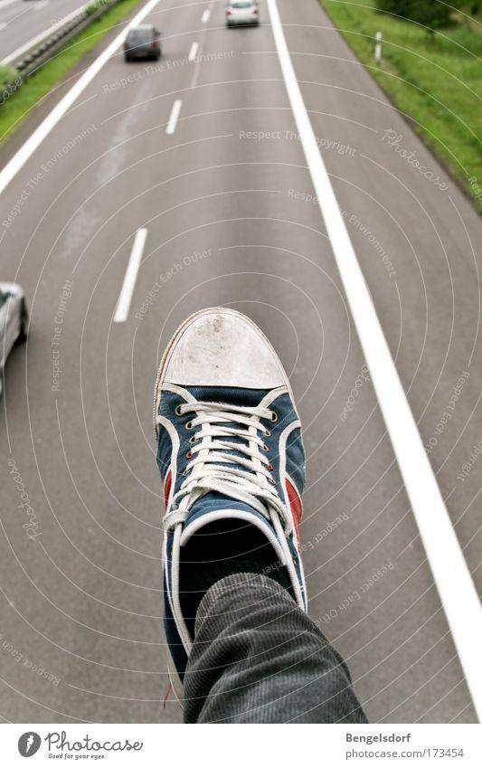 Guillivers Reisen Mensch Beine Fuß 1 Verkehrsmittel Straßenverkehr Autofahren Fußgänger Autobahn Brücke PKW Turnschuh Farbfoto Außenaufnahme Detailaufnahme