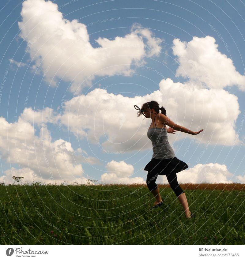 das leben als delikatesse Farbfoto Außenaufnahme Ganzkörperaufnahme Stil feminin Junge Frau Jugendliche 1 Mensch Natur Himmel Wiese Rock Zopf Bewegung Fitness
