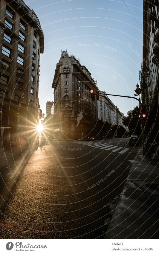 City Sunset Buenos Aires Argentinien Stadtzentrum Menschenleer Haus Architektur Straße Straßenkreuzung Ampel untergehen Unbewohnt stagnierend Straßenschlucht
