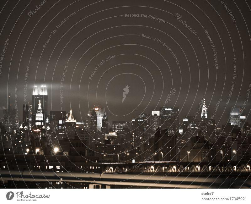 NYC schlechtes Wetter New York City Skyline Hochhaus Wahrzeichen dunkel glänzend kalt trist Stadt Gedeckte Farben Textfreiraum oben Nacht