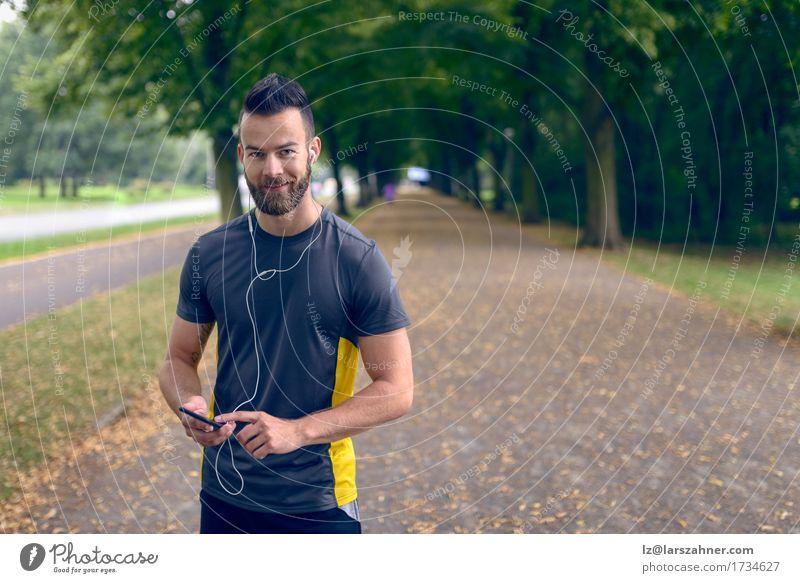 Mensch Jugendliche Mann Sommer 18-30 Jahre Gesicht Erwachsene Sport Lifestyle Park Musik Lächeln Fitness Telefon hören Kopfhörer
