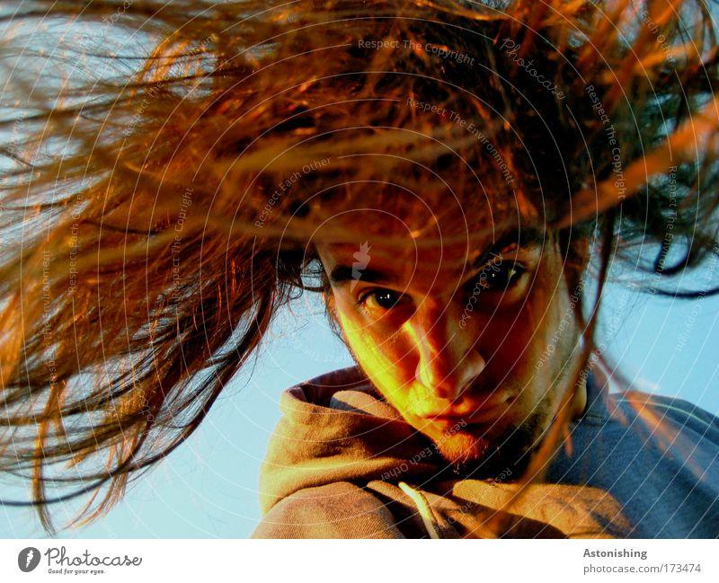 haarig Farbfoto Außenaufnahme Tag Licht Schatten Kontrast Porträt Blick Blick in die Kamera Blick nach unten Freizeit & Hobby Mensch maskulin Junger Mann