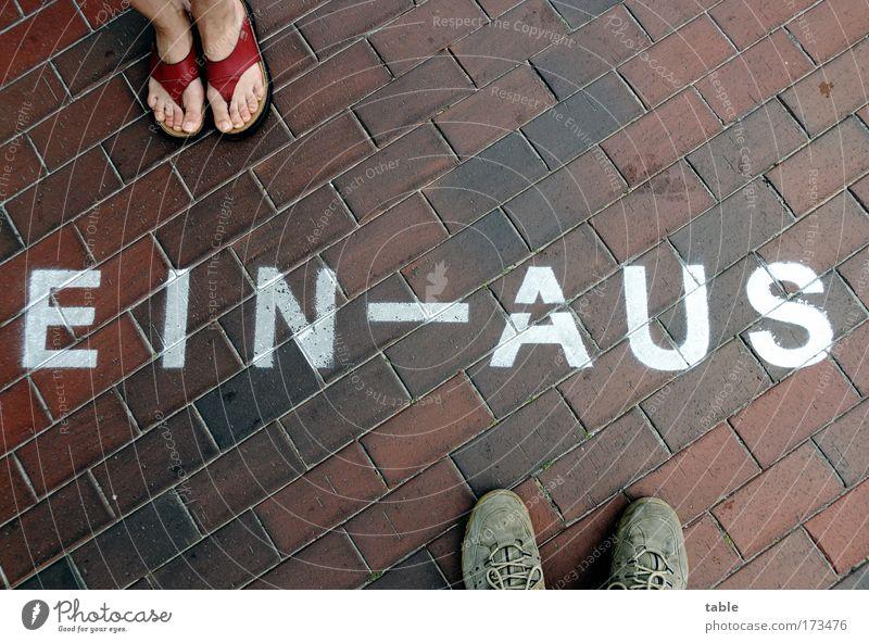 (KI09.01) Entscheidung Mensch Frau Ferien & Urlaub & Reisen Mann weiß rot Erwachsene Straße Gefühle Glück Fuß braun Erde Schuhe Lifestyle Schriftzeichen