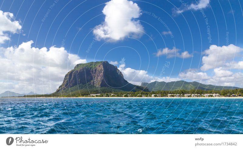Le Morne Brabant in Mauritius mit Meer Panorama Ferien & Urlaub & Reisen Tourismus Sommer Insel Berge u. Gebirge Wasser Küste blau weiß Himmel Sandstrand