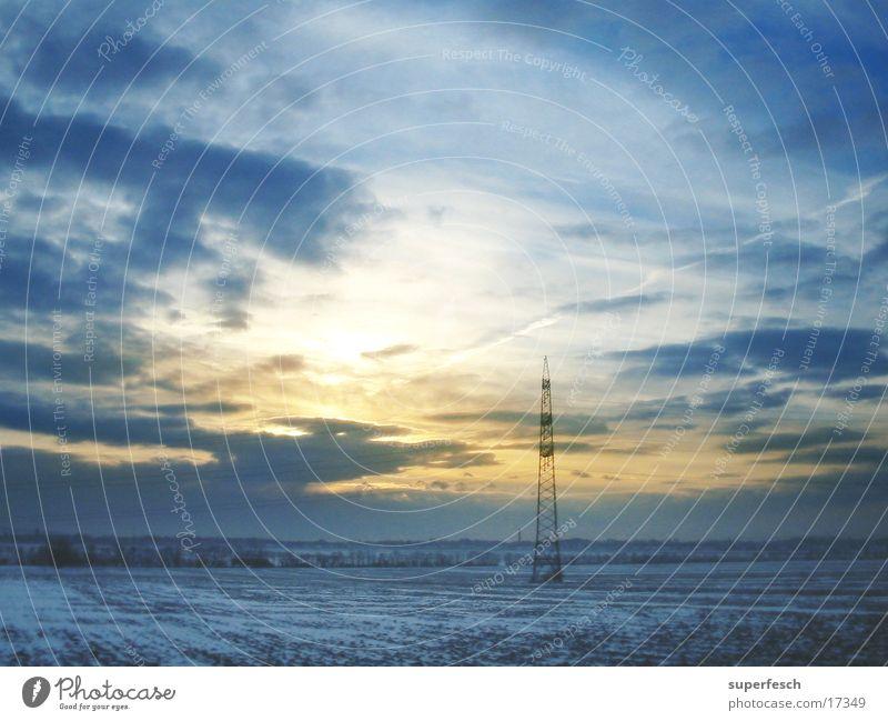 morningshow Sonne Wolken Schnee Feld Strommast