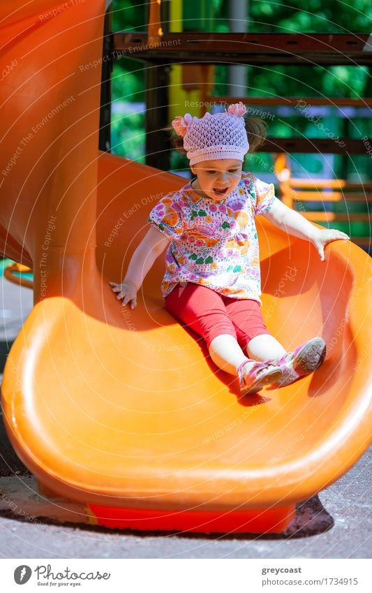 Kleines Mädchen auf dem Spielplatz mit Spaß auf einer Rutsche Freude Spielen Sommer Sonne Kind Kindheit 1 Mensch 1-3 Jahre Kleinkind Kunststoff klein niedlich