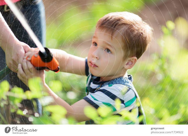 Kleiner Junge, der mit einem Wasserstrahl im Garten spielt Mensch Kind Natur Jugendliche Pflanze Sommer Junge Frau Hand 18-30 Jahre Erwachsene Gras Spielen