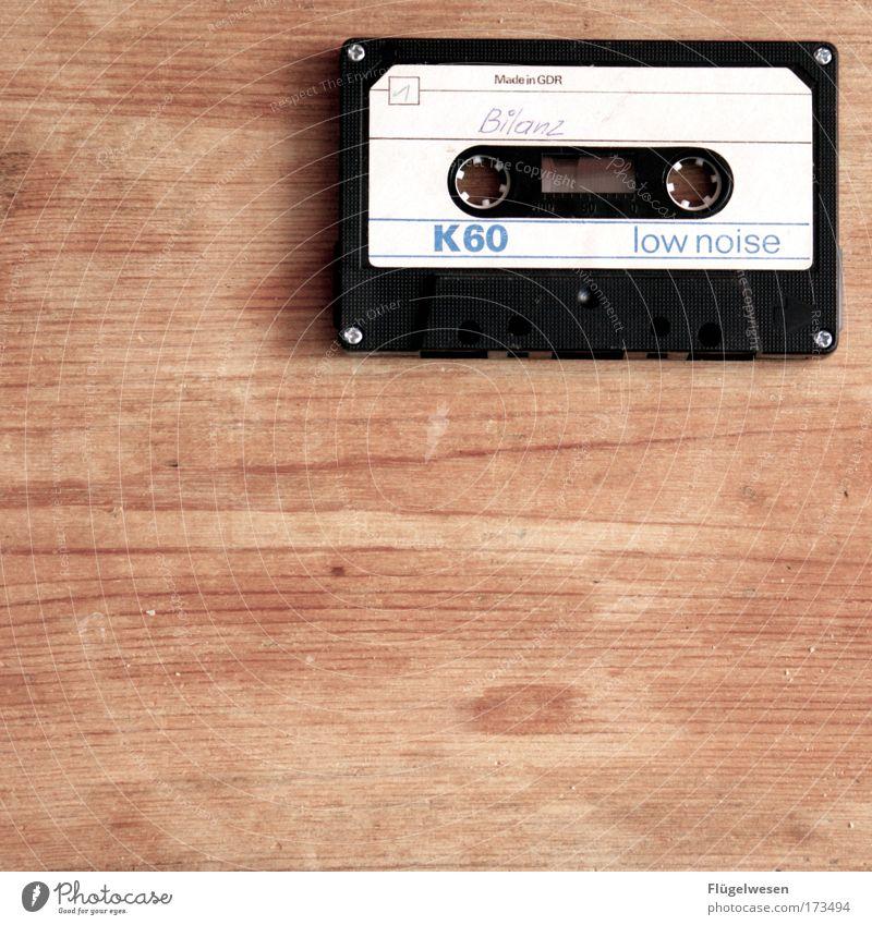 Bilanz ziehen Holz Denken Deutschland Musik Kraft Lifestyle Erfolg Tisch Hoffnung Euphorie DDR Künstler Begeisterung Optimismus Musiknoten Musikkassette