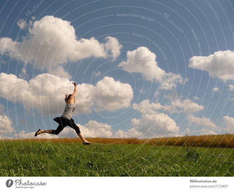 schwupp Mensch Himmel Natur Jugendliche Freude Wolken Erwachsene Wiese Leben feminin Freiheit Bewegung springen Glück Gesundheit Zufriedenheit