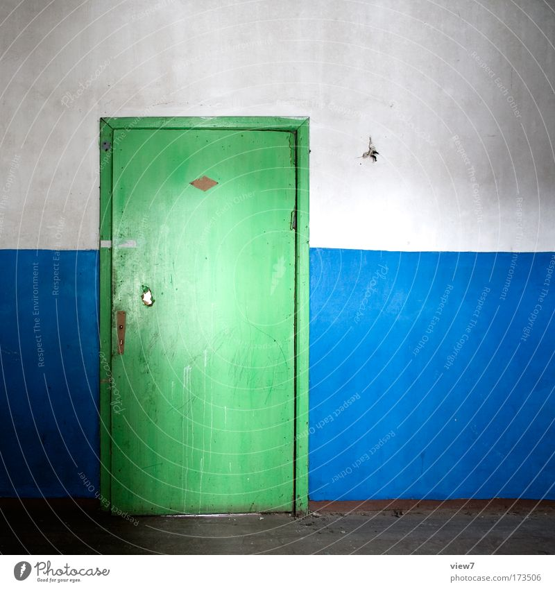 Flurgestaltung grün blau Haus Wand mehrfarbig Holz Stein Mauer Raum dreckig Tür Zeit trist kaputt authentisch