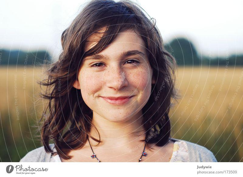 Une fille heureuse ... Farbfoto Außenaufnahme Textfreiraum links Textfreiraum rechts Abend Dämmerung Schwache Tiefenschärfe Porträt Blick in die Kamera Freude