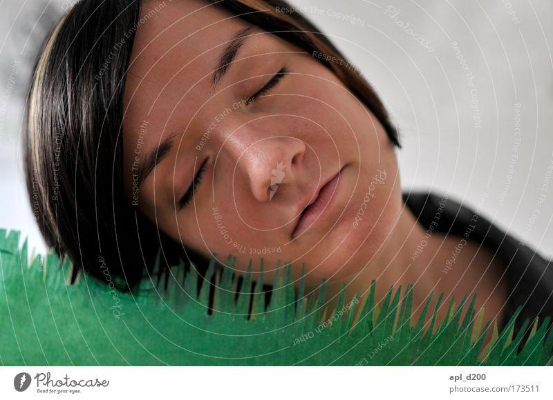 Zu viel Gras Farbfoto Innenaufnahme Hintergrund neutral Tag Schwache Tiefenschärfe Porträt Oberkörper geschlossene Augen Mensch feminin Junge Frau Jugendliche