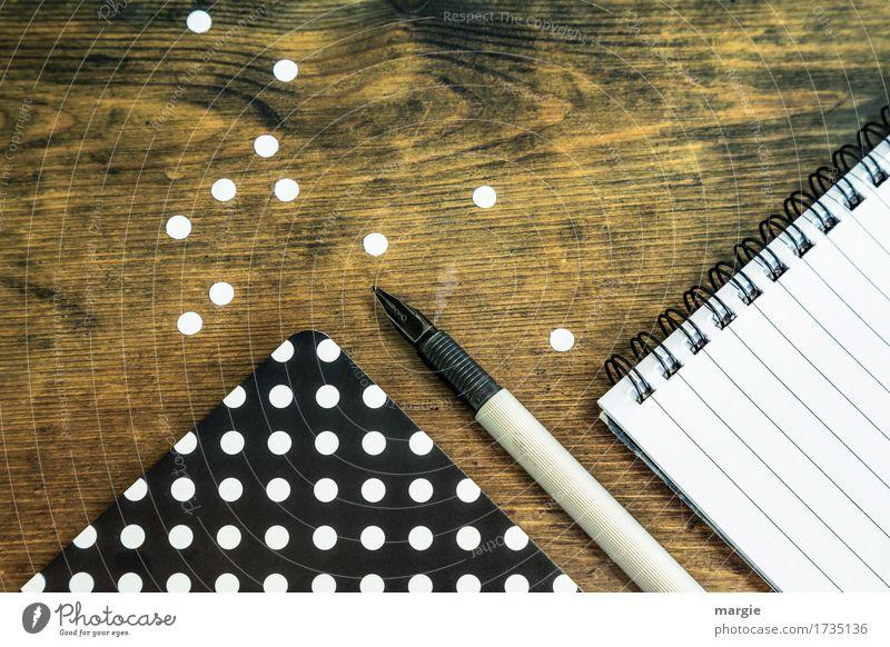 Punkte sammeln: schwarzes Papier mit weißen Punkten, Füllfederhalter, und Spiral- Block mit Schreib- Linien lernen Berufsausbildung Büroarbeit Arbeitsplatz