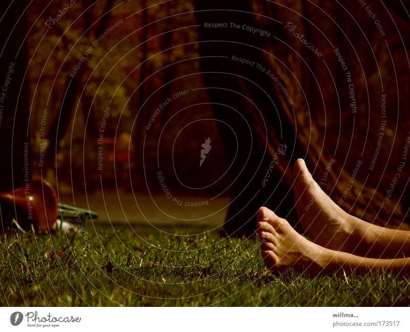 Nackte Füße auf einer Wiese ruhen sich vom Fahrradfahren aus Barfuß ausruhen Erholung Ausflug Fahrradtour Sonnenbad Beine Fuß Zehen liegen schlafen Müdigkeit