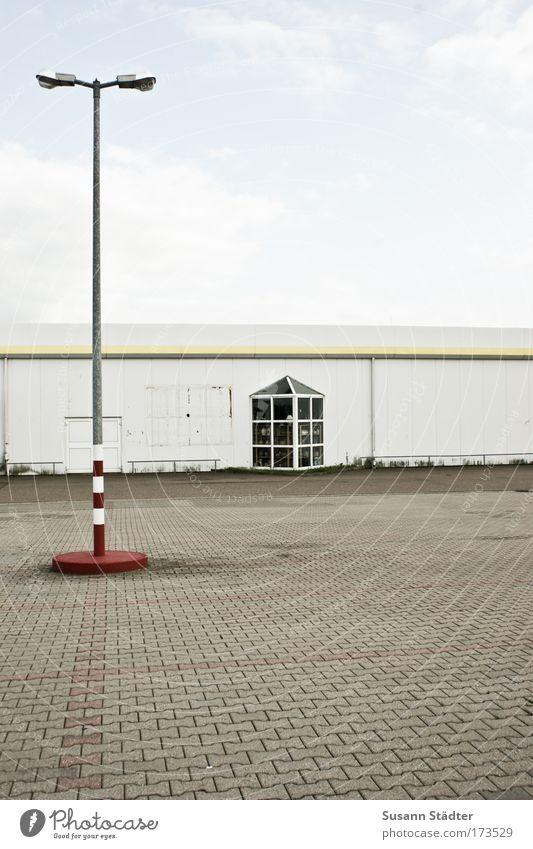 Freitag ab 1, macht jeder sein`s weiß ruhig Wand Mauer Gebäude warten Platz Fabrik Laterne Bauwerk Industrieanlage Lücke Pflastersteine Wochenende Baumarkt