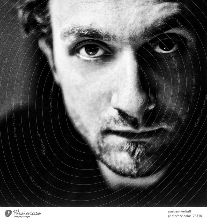 * Schwarzweißfoto Innenaufnahme Nahaufnahme Abend Kunstlicht Licht Schatten Kontrast Schwache Tiefenschärfe Porträt Blick Blick in die Kamera Blick nach vorn