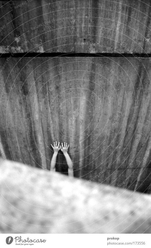 Lost Schwarzweißfoto Außenaufnahme Tag feminin Arme Hand Finger Angst Platzangst Zukunftsangst gefährlich Verzweiflung verstört Beton hart kalt Suche hilflos