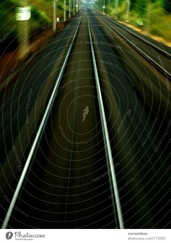und dann schienen die schienen. Farbfoto Gedeckte Farben Außenaufnahme Menschenleer Abend Langzeitbelichtung Linie Streifen Ferne Geschwindigkeit Eisenbahn