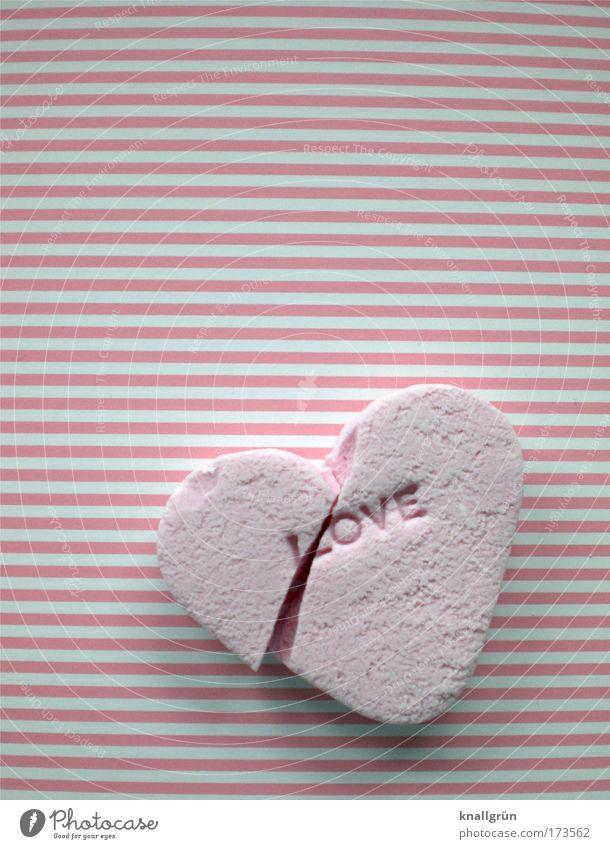 HERZ-SCHMERZ Farbfoto Studioaufnahme Nahaufnahme Menschenleer Textfreiraum oben Textfreiraum Mitte Lebensmittel Süßwaren Zuckerherz Zeichen Schriftzeichen Herz