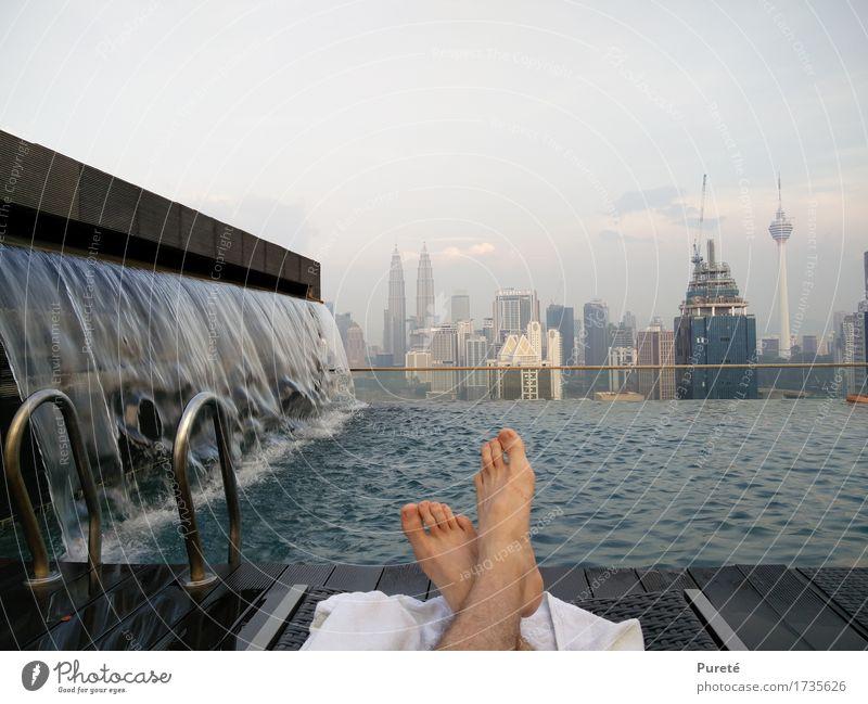 Far away from trouble Stadt Wasser Erholung Wärme Schwimmen & Baden liegen Freizeit & Hobby sitzen genießen Schwimmbad Skyline Asien Hauptstadt Wasserfall