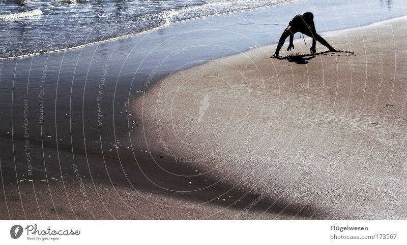 Brauner Junge spielt im Sand Mensch Sonne Meer Strand Ferien & Urlaub & Reisen schwarz Spielen Sand Zufriedenheit braun Wellen Lifestyle frisch Fröhlichkeit Coolness